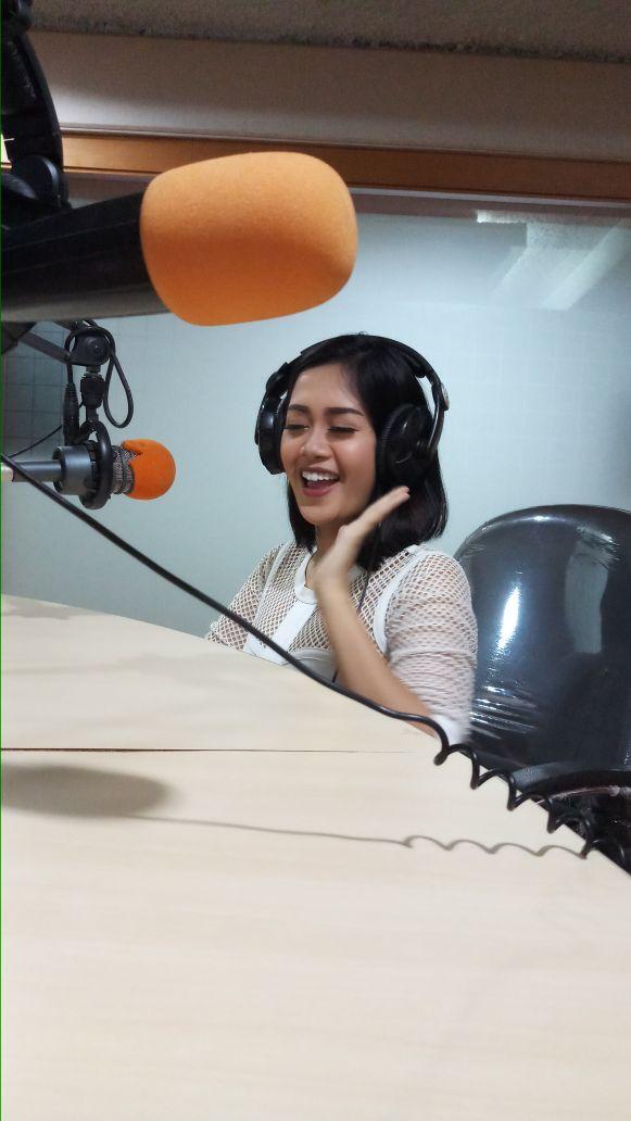'Goyang Malam Minggu' Amel Toge di Radio RRI Jakarta
